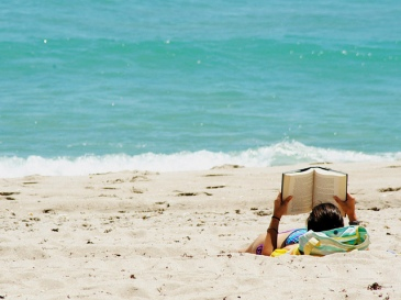 Lectura Playa by Josué Goge @ Flickr